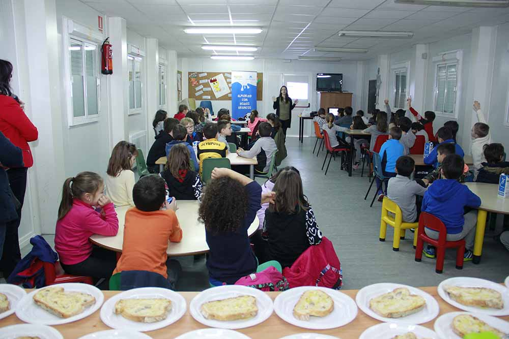 Leite, froita e pan forman un almorzo educativo para cincuenta estudantes de Lugo