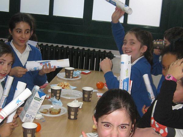 """AGACA e """"la Caixa"""" reparten máis almorzos sans entre escolares coruñeses"""