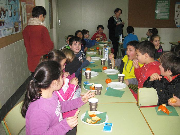 """AGACA e """"la Caixa"""" conciencian a escolares de Carballo sobre o valor do almorzo"""