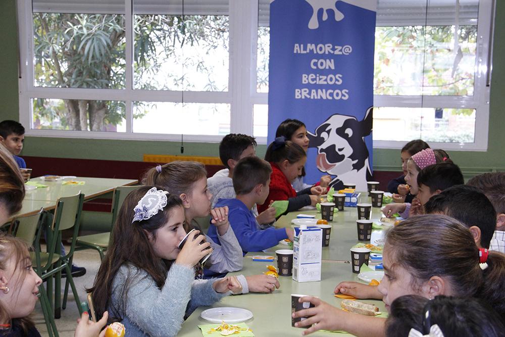 """AGACA e Obra Social """"la Caixa"""" reparten almorzos sans entre escolares de Vilaxoán"""