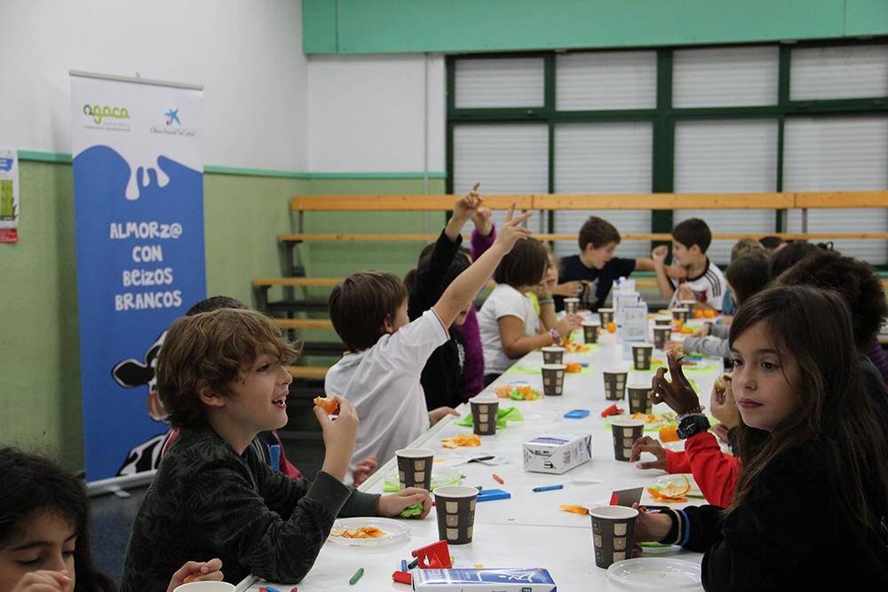 """""""Almorz@ con Beizos Brancos"""" leva a aulas de Santiago alimentos para comezar comezar o día sans"""