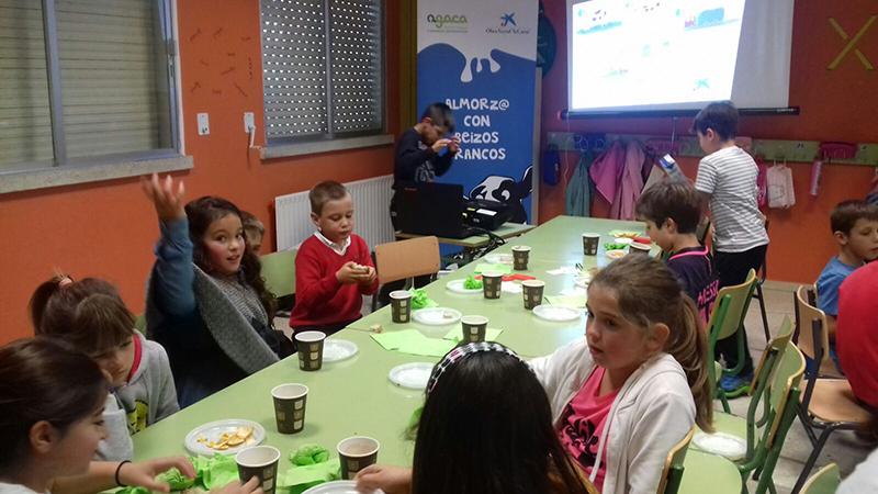 Leite, froita e pan forman un almorzo educativo para o alumnado do CEIP As Bizocas