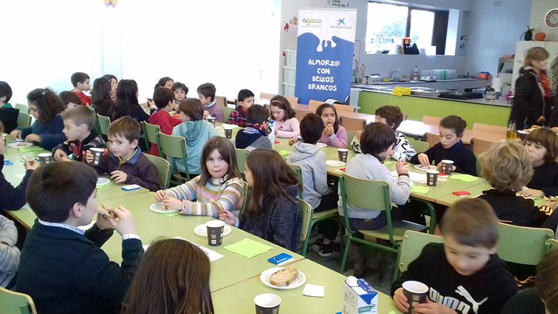 """Cincuenta estudantes do Pío XII proban almorzos sans con Obra Social """"la Caixa"""""""