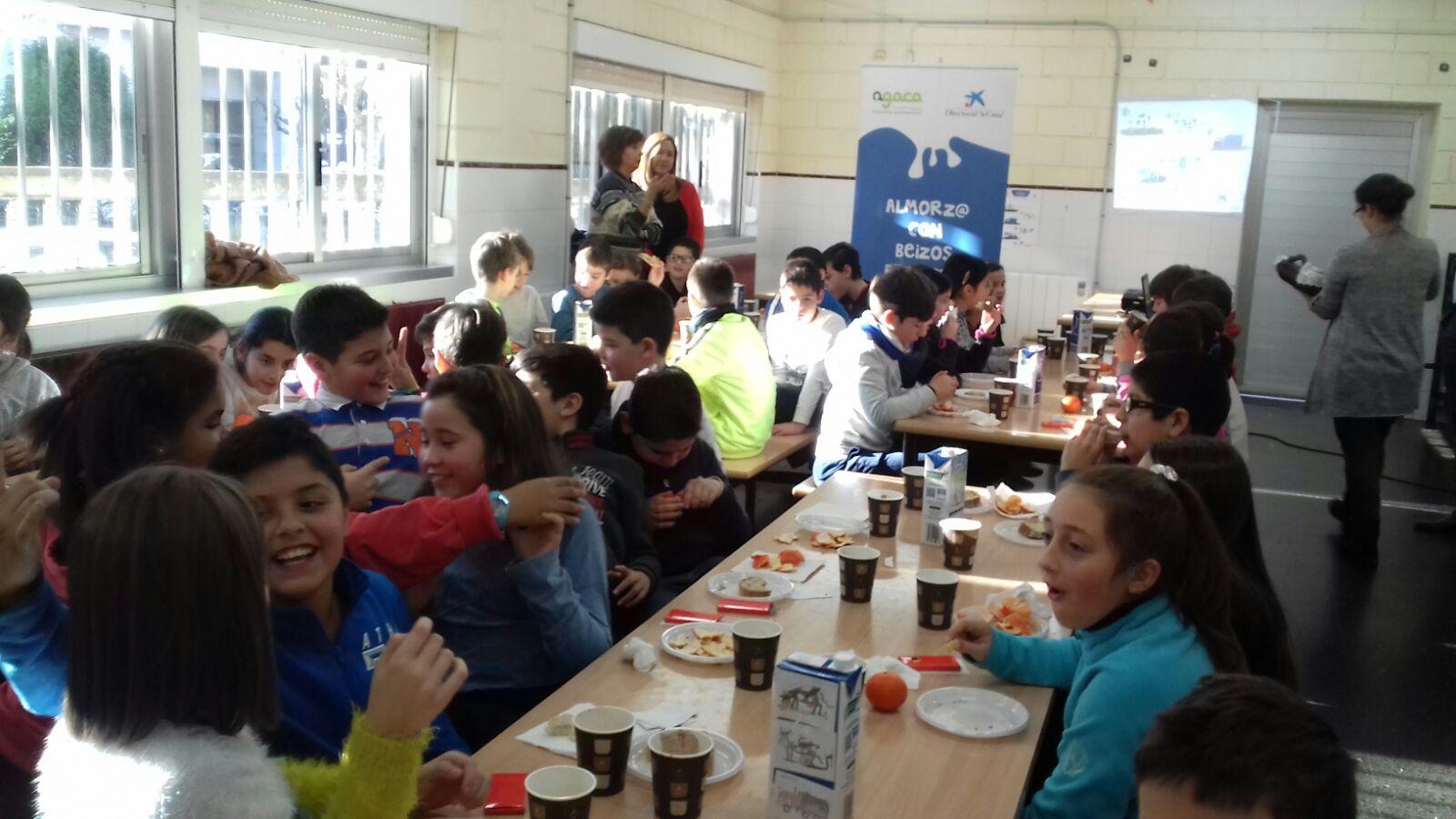 """Cincuenta escolares da Coruña proban un """"Almorz@ con Beizos Brancos"""" con Obra Social """"la Caixa"""" e AGACA"""