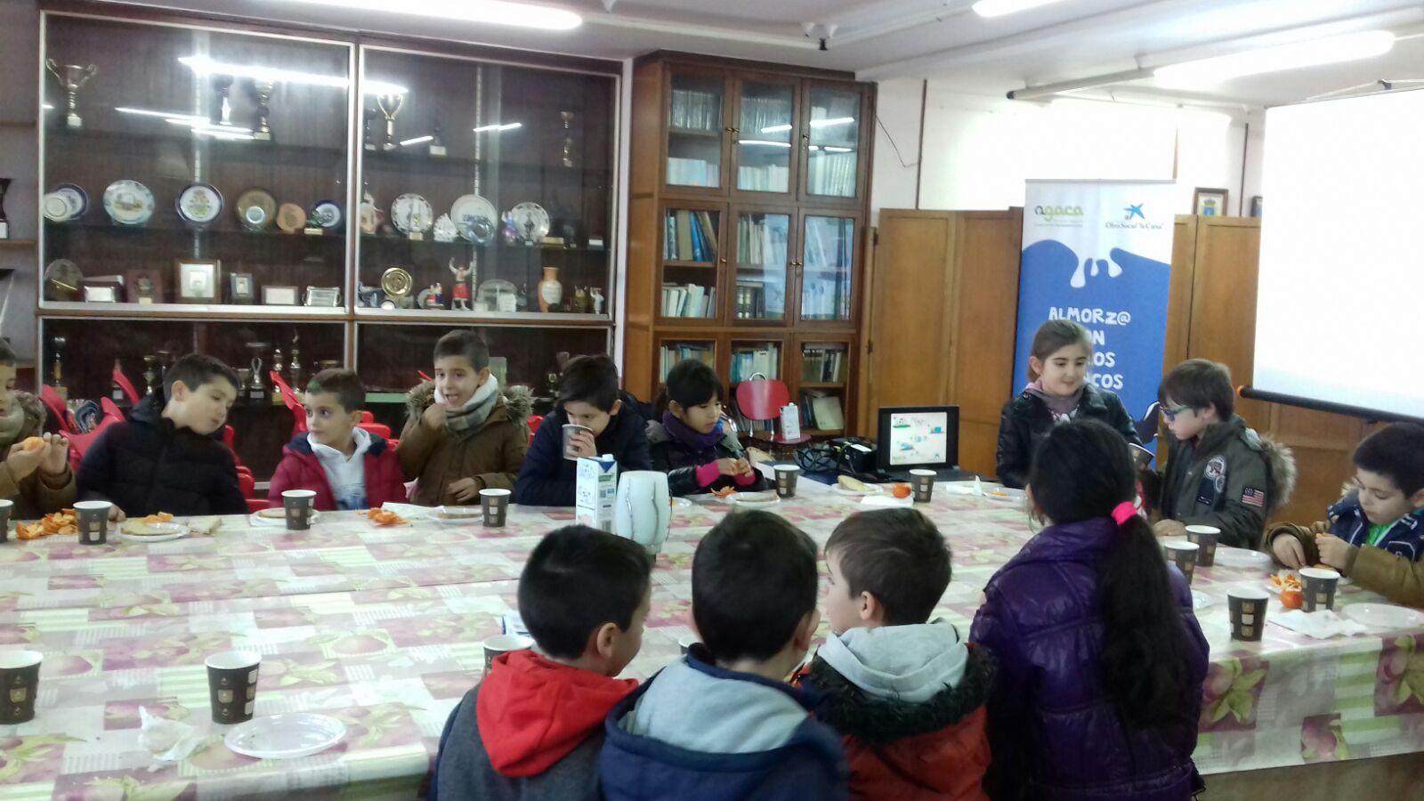 Leche, fruta y pan forman un desayuno educativo para el alumnado del CRA de Rianxo