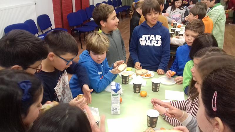 "Estudiantes de Sigüeiro aprenden a desayunar sanamente ""con beizos brancos"""