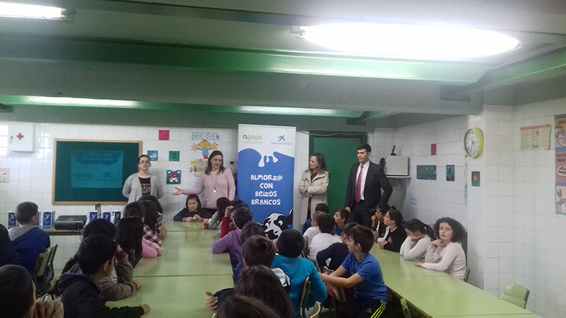 """Obra Social """"la Caixa"""" y AGACA muestran a escolares de Vigo el valor de desayunar"""