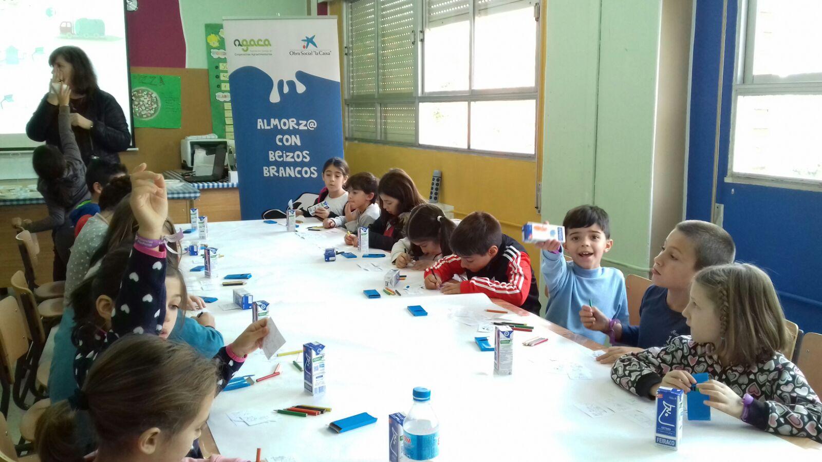 Leche, fruta y pan forman un desayuno educativo para estudiantes de Moaña