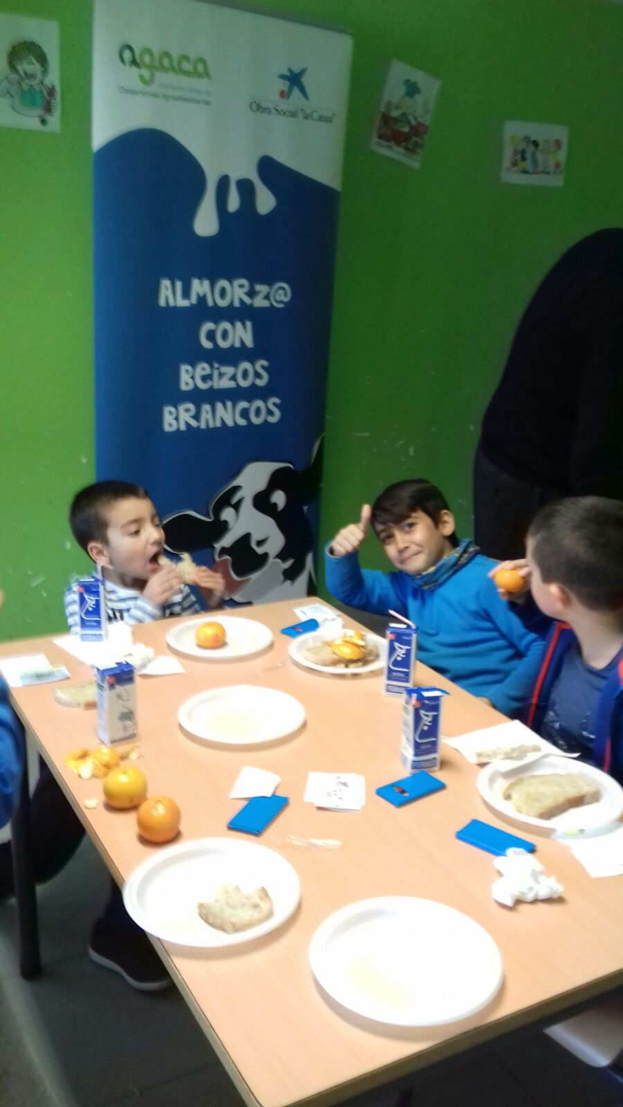 """Almorz@ con Beizos Brancos"" lleva desayunos sanos a 50 escolares ribeirenses"