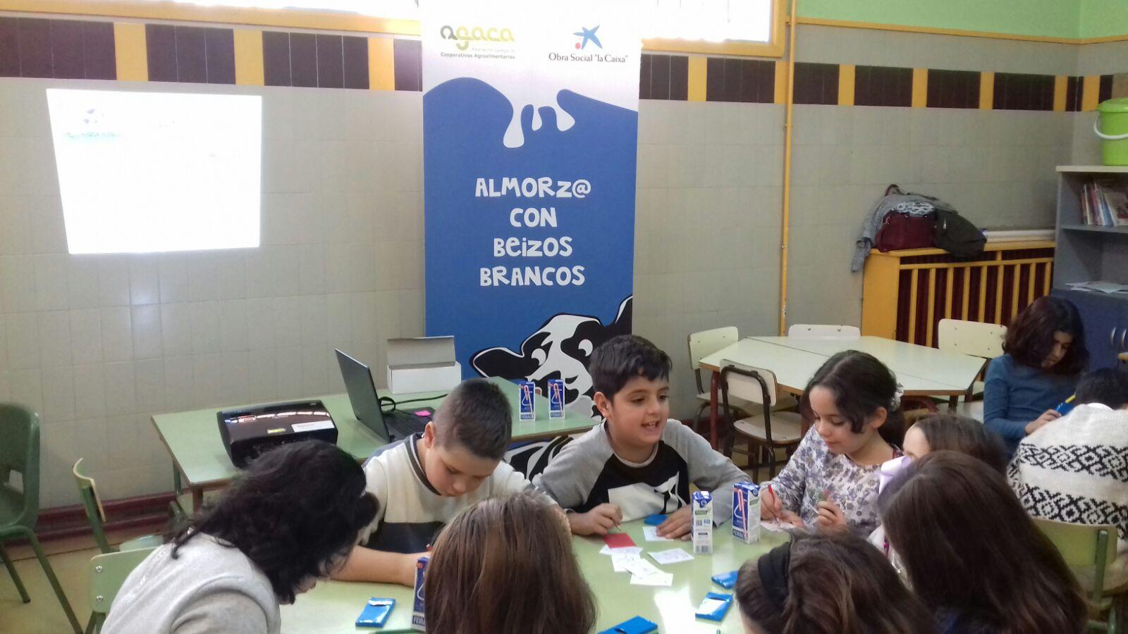 Leche, fruta y pan forman un desayuno educativo para cincuenta estudiantes de Lugo