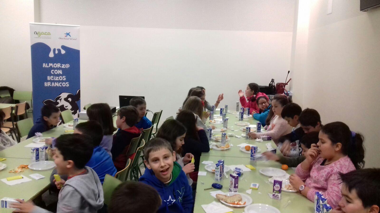 """Estudiantes de Valladares aprenden la importancia del desayuno con AGACa e Obra Social """"la Caixa"""""""