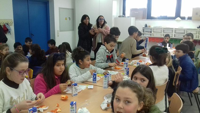 """Cuarenta escolares de Miño desayunan saludablemente con AGACA y Obra Social """"la Caixa"""""""