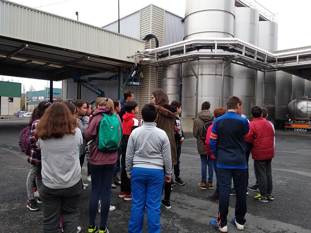 Os estudantes do Xoaquín Loriga visitan Dairylac para aprender cooperativismo
