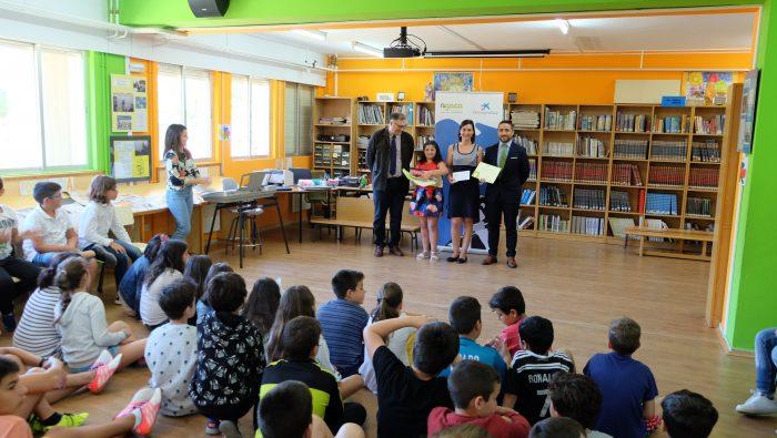 """AGACA e Obra Social """"la Caixa"""" entregaron os premios do Concurso de Pequenos Relatos AGACA no CEIP Santa María do Castro, de Boiro"""